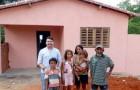 En brasiliansk kyrka tillägnar en familj i svårighet kyrkoavgiften för att de ska kunna köpa ett nytt hus