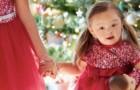 Cette petite fille atteinte de la trisomie 21 est au centre d'un catalogue de jouets qui fait la promotion de l'inclusion