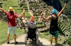 Deze jongen in een rolstoel bereikte dankzij zijn beste vriend de top van de Machu Picchu