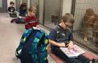 Kinderen lezen honden en katten hardop voor om een rustige en ontspannen omgeving te creëren