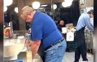 I clienti di questo locale entrano in cucina e aiutano un dipendente che non riusciva a servire tutti da solo