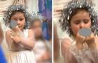 Dit kleine meisje toonde tijdens de kerstuitvoering haar