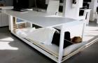 Een bedrijf heeft een bureau gemaakt dat verandert in een bed en waarmee je op kantoor kunt slapen