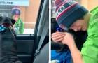 La mamá sorprende al hijo a la salida de la escuela llevándole el perro que había perdido hacía 2 semanas