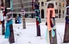 Diese Freiwilligen binden alte Schals an Bäume, damit die Obdachlosen warm bleiben können