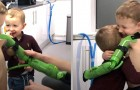 Dankzij een speciale bionische arm kon deze jongen zijn kleine broertje voor het eerst knuffelen