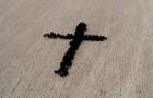 Un agricoltore riesce a disporre le sue mucche a formare una croce e immortala la sua creazione dall'alto