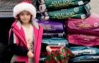 En vez de regalos para Navidad, esta niña ha recibido 300 kg de comida para alimentar a los animales del refugio