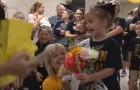 Sconfigge il cancro a soli 5 anni: quando ritorna a scuola l'intero istituto le organizza una festa