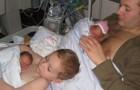 Op deze foto biedt een jongen menselijke warmte en huid-op-huid contact aan zijn premature broertje