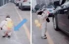 Il jette une bouteille en plastique par la fenêtre de la voiture, mais un enfant de 1 an la ramasse et la lui rend