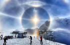 Einem Skiläufer ist es gelungen, das prächtige Phänomen des Eis-Halo in den Schweizer Alpen zu verewigen