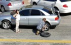 Uma mulher fura o pneu do carro: só um morador de rua a ajuda