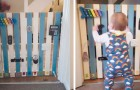 Un papà trasforma il cancelletto in una parete piena di giochi per calmare l'ira del figlio di 9 mesi