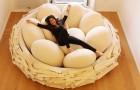 Met dit bed kun je uitrusten alsof je in een nest ligt, omringd door gigantische eieren