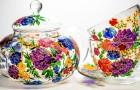 Questo artista dipinge a mano tazze e teiere in vetro esaltando la magia della luce sui colori