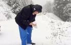 Esta mujer de 101 años hace detener el auto del hijo y comienza a jugar con la nieve como si fuera una niña