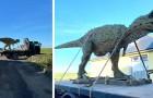 Credeva di aver ordinato al figlio un dinosauro giocattolo: quando arriva a casa, scopre che è a grandezza naturale