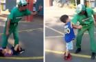 Questo insegnante ha mostrato ai bambini della sua classe alcune semplici tecniche per difendersi dalle aggressioni
