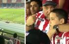 Deze vader bracht zijn blinde zoon naar het stadion en vertelde hem over de wedstrijd terwijl hij hem omarmde
