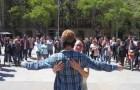 Se venda en medio de la plaza pidiendo simplemente un abrazo, la reaccion de las personas es conmovedora