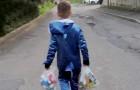 Un bambino di 8 anni ripulisce le strade dai coriandoli e dalle bombolette dopo i festeggiamenti del Carnevale