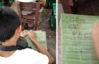 Este estudiante no tenía dinero para un cuaderno, es por eso que ha usado hojas de plátano para escribir sus apuntes
