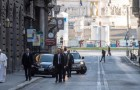Coronavirus, Papa Francesco a piedi per le strade di Roma prega per la fine della pandemia