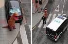 De Spaanse politie houdt een man verkleed als T-Rex tegen die tijdens de quarantaine op straat liep