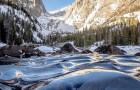 Een fotograaf legt het buitengewone fenomeen vast van de bevroren golven van een meer: ze lijken in de tijd bevroren