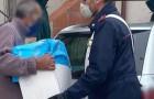 Ha due genitori anziani, il frigo vuoto e un solo pacco di pasta in dispensa: i carabinieri gli regalano le provviste
