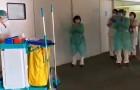Médicos y enfermeros en hospitales hacen un aplauso a los empleados de la limpieza: trabajadores a menudo muy olvidados