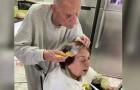 A doce imagem do marido que ajuda a mulher a pintar os cabelos: estão em isolamento e têm 92 anos