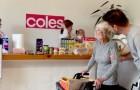Zijn moeder heeft de ziekte van Alzheimer en kan de deur niet uit: haar zoon besluit de supermarkt thuis voor haar