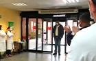 Un tassista porta gratis i pazienti in ospedale per l'emergenza Covid: l'emozionante applauso di medici e infermieri