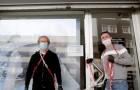 Padova: due parrucchieri si incatenano davanti al negozio per protestare contro il decreto per la Fase 2