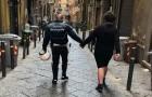 La commovente foto di un poliziotto che tiene per mano un bambino autistico che si era perso per le vie di Napoli