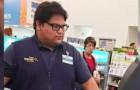 Il giovane cassiere di un supermercato si offre di pagare la spesa a una donna in difficoltà