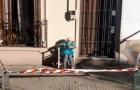 Sie möchte die Sonne genießen, ohne die Ausgangssperre zu missachten: Eine alte Dame richtet sich ihre Sicherheitszone vor der Haustür ein