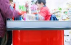En kvinna förolämpar kassörskan och kallar henne misslyckad, chefen ingriper och eskorterar ut henne från butiken