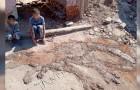 Den här pojken har fått i hemläxa att göra en teckning, men har inget papper och inga färgpennor hemma så han gör en teckning i lera