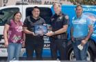 Un ragazzo di 19 anni trova una borsa con 135.000 dollari e la riconsegna alla banca: premiato dalla polizia