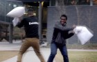 A guy challenge strangers in a pillow fight: their reaction is amazing!