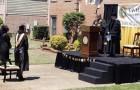 Cerimonie di laurea sospese per il Covid: un papà costruisce un palcoscenico per festeggiare la figlia