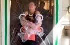 Mädchen baut eine Art Plastikzelt, um Großeltern zu umarmen
