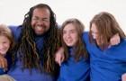 Een alleenstaande vader die zonder ouders is opgegroeid adopteert 3 weesjongens: