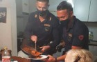 An old woman cannot cook and calls for help: 2 policemen arrive and prepare her dinner