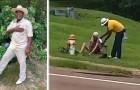 Um homem tira os sapatos e as meias e os entrega a um morador de rua em dificuldade