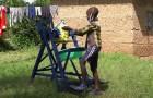 Un garçon de 9 ans invente une machine pour se laver les mains sans toucher le robinet et limiter le Covid-19