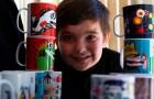 Un bambino autistico di 7 anni dipinge tazze colorate come forma terapeutica, ma poi tutti iniziano a comprarle